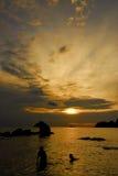 Tramonto all'isola di Pangkor, Malesia immagini stock