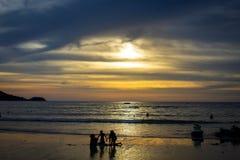Tramonto all'isola di phuket, Tailandia fotografie stock libere da diritti