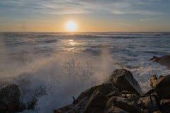 Tramonto all'Oceano Atlantico nella riva del nord del Portogallo Immagini Stock