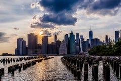 Tramonto all'orizzonte del Lower Manhattan, New York Stati Uniti Fotografia Stock Libera da Diritti