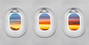 Tramonto alla finestra dell'aeroplano immagini stock libere da diritti