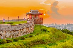 Tramonto alla fortezza di Hwaseong a Seoul, Corea del Sud fotografia stock libera da diritti