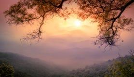 Tramonto alla montagna bianca della nuvola fotografie stock libere da diritti