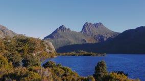 Tramonto alla montagna della culla con la roccia del ghiacciaio ed il lago della colomba stock footage