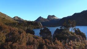 tramonto alla montagna della culla dalla roccia del ghiacciaio stock footage
