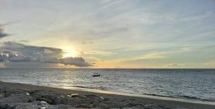 Tramonto alla spiaggia Bali di Kuta fotografia stock