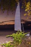 Tramonto alla spiaggia con il catamarano Fotografia Stock Libera da Diritti