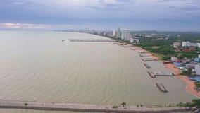 Tramonto alla spiaggia di Amphure di divieto, Sattahip, distretto di Chonburi, Tailandia stock footage