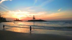 Tramonto alla spiaggia di Bintulu. Fotografia Stock