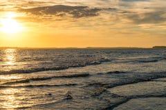 Tramonto alla spiaggia di follia Fotografia Stock