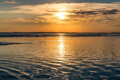 Tramonto alla spiaggia di follia Immagine Stock Libera da Diritti