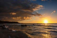Tramonto alla spiaggia di Hapuna sulla grande isola fotografia stock libera da diritti