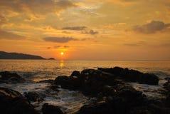 Tramonto alla spiaggia di Kalim, Phuket, Tailandia Immagine Stock