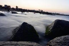 Tramonto alla spiaggia di Kovalam in Chennai fotografia stock libera da diritti