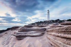 Tramonto alla spiaggia di Trafalgar, faro vicino Fotografie Stock
