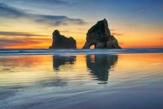 Tramonto alla spiaggia di Wharariki, Nuova Zelanda Fotografia Stock Libera da Diritti