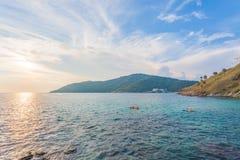Tramonto alla spiaggia di Yanui Phuket, Tailandia fotografia stock