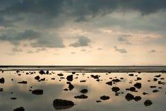 Tramonto alla spiaggia tropicale Fotografia Stock