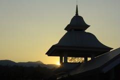 Tramonto alla torre tailandese di stile Immagini Stock