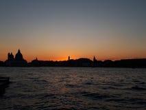 tramonto alla vista di Venezia dalla barca fotografie stock
