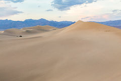 Tramonto alle dune di sabbia piane del Mesquite nel parco nazionale di Death Valley, California, U.S.A. Fotografie Stock Libere da Diritti