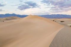 Tramonto alle dune di sabbia piane del Mesquite nel parco nazionale di Death Valley, California, U.S.A. Fotografie Stock