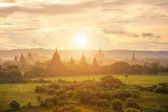 Tramonto arancio in bagan, myanmar fotografie stock