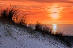 Tramonto arancio con la duna ed il mare Fotografia Stock