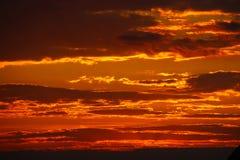 Tramonto arancio con le nuvole scure Umore romantico Il tempo per il giorno del giorno Cambiamenti nell'ambiente ambiente Beauti Immagine Stock