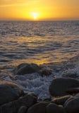 Tramonto arancio dal mare Fotografia Stock Libera da Diritti