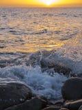 Tramonto arancio dal mare Immagini Stock
