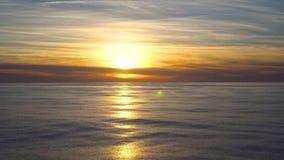 Tramonto arancio del paesaggio con il sole riflesso nell'acqua archivi video
