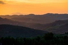 Tramonto arancio di estate in Toscana fotografia stock