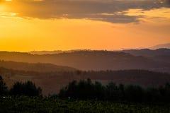 Tramonto arancio di estate in Toscana immagine stock