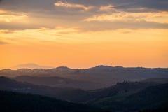 Tramonto arancio di estate in Toscana immagini stock libere da diritti
