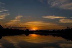 Tramonto arancio luminoso sul golfo del Messico fuori dalla costa di Florida immagini stock