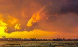 Tramonto arancio magico sopra il campo Immagini Stock Libere da Diritti