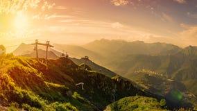 Tramonto arancio nelle montagne di Caucaso fotografie stock