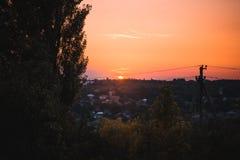 Tramonto arancio sopra una campagna fotografia stock