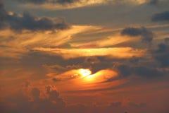 Tramonto arancio sul cielo delle Maldive sopra l'oceano Immagine Stock Libera da Diritti