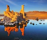 Tramonto arancio sul mono lago Immagini Stock Libere da Diritti