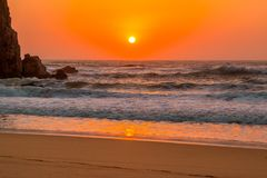 Tramonto arancio sulla spiaggia portoghese Fotografia Stock Libera da Diritti