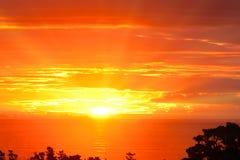 Tramonto arancione drammatico spettacolare sopra l'oceano Fotografia Stock Libera da Diritti