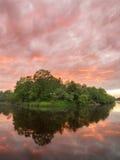 Tramonto ardente scenico del paesaggio di estate sopra il fiume calmo immagini stock