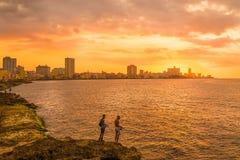 Tramonto a Avana con i pescatori sulla priorità alta Immagini Stock