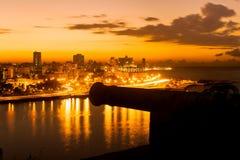 Tramonto a Avana con una vista dell'orizzonte della città e di vecchia stazione termale Immagine Stock