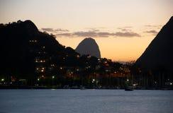 Tramonto in baia di Guanabara e pagnotta di zucchero immagini stock libere da diritti