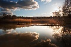 Tramonto bello della sera tarda sopra il molo sul lago Fotografie Stock Libere da Diritti