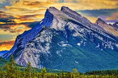 Tramonto bello dietro il picco di montagna d'imposizione in Alberta, Canada fotografie stock libere da diritti