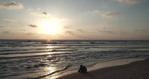 Tramonto bello sulla spiaggia sopra l'orizzonte del Mediterraneo stock footage